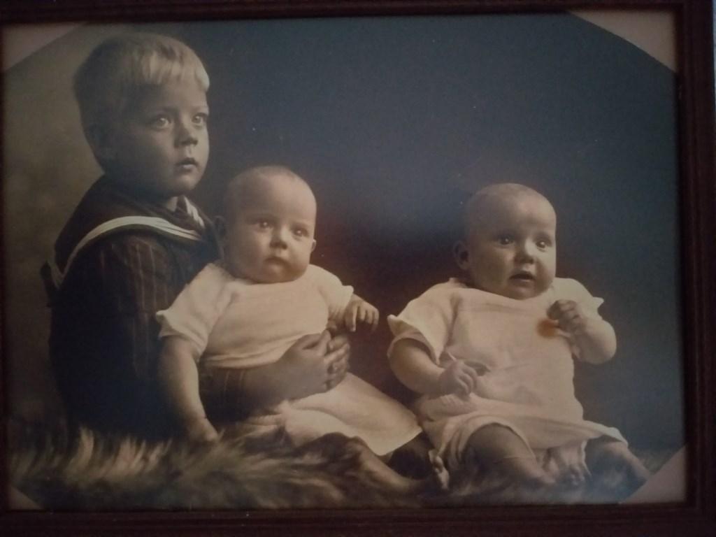 Wil en Bets (l) samen met hun broer Piet.  © Enter Media