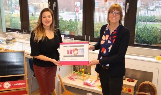 De wethouders Rosalie van Rijn (Wijdemeren) en Karin Walters (Hilversum) zijn blij met het digitaal klantportaal.