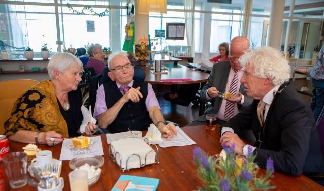 Het echtpaar Bor tijdens een onderonsje met Peter Calis.