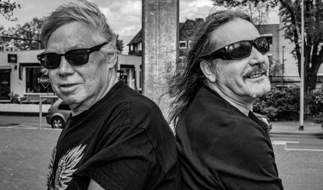 Platenbaas Hans 'Tiger' Smits (rechts) heeft ervoor gezorgd dat Rotjoch Ronald Welgemoed een cd heeft volgezongen.