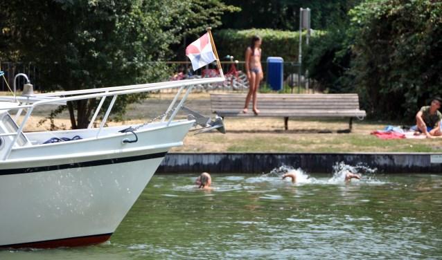 Zwemmen bij de Groene Punt: gevaarlijk tussen de boten.