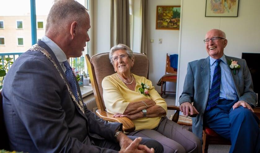 Burgemeester op bezoek bij het echtpaar.