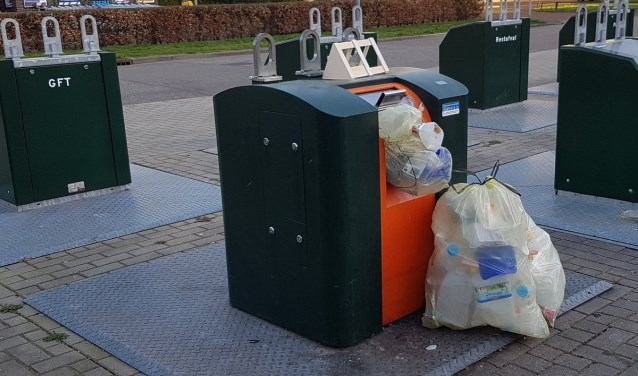 De pmd-container op het milieu-eiland in Kerkelanden.