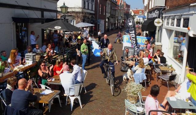 Uiteraard opende de burgemeester de Kapelstraat op de fiets.