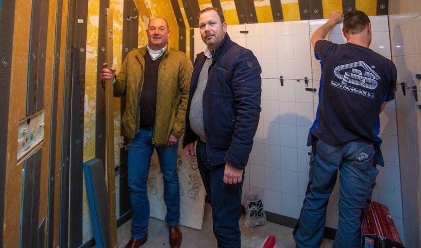 Alex Hagen en Sander Mulder bij het renovatieproject.
