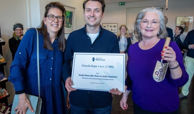 Burgemeester De Zwart-Bloch (r) maakte maandagmiddag de winnaars bekend.