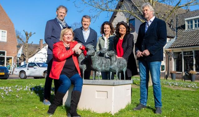 V.l.n.r.: Henk van der Veen, Paul Nobelen, Suzanne Hardjono, Mona Deuning en Paul Kaarsgaren. Zittend Daphne Rokebrand.