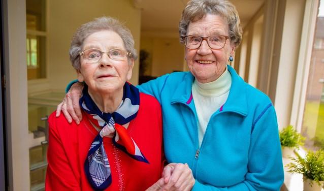 De tweeling Bets en Wil (r) wordt morgen 91 jaar.