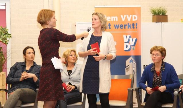 Marleen Remmers tijdens de verkiezingscampagne vorig jaar, omring door andere (louter vrouwelijke) lijsttrekkers.