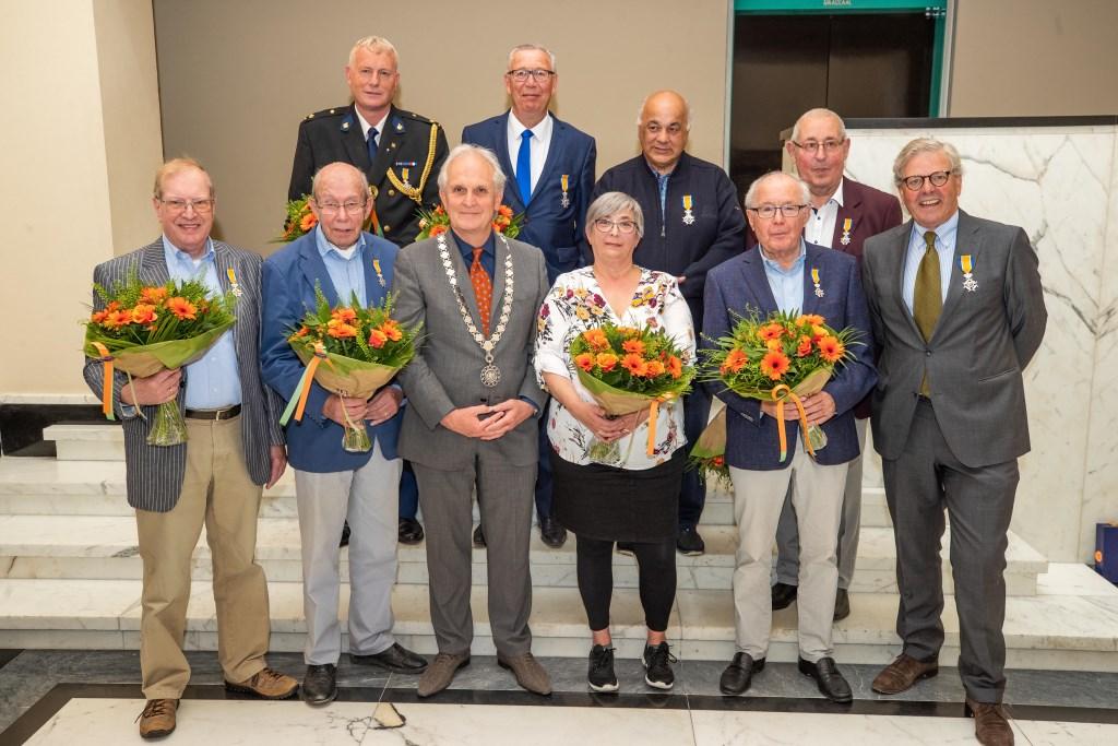 Negen van de tien gelukkigen en burgemeester Pieter Broertjes. Aris Doelman was vrijdag niet aanwezig.