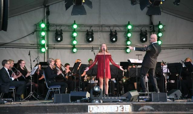 Prinses Irene laat het publiek dansen.