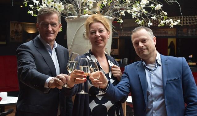 Proosten op de samenwerking. V.l.n.r.: Tom van der Poel, Marian Buvelôt en Robert Jan Vos.
