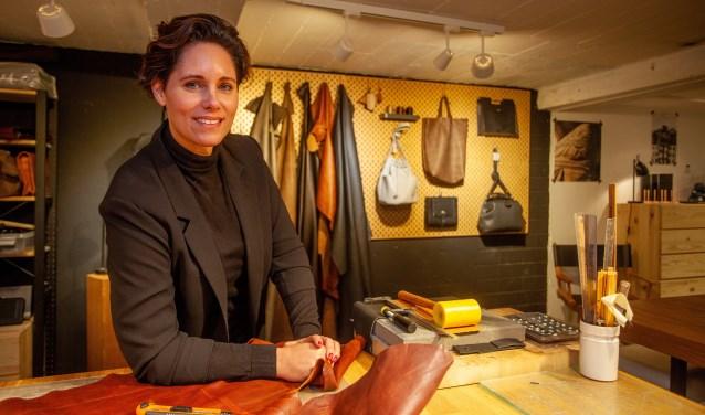 Linda Baart in haar sfeervolle atelier.