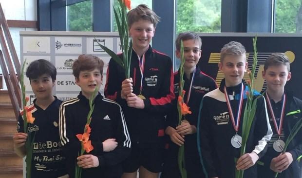 Teun (midden links) met zijn partner Mate zijn Nederlands Kampioen tafeltennissen.