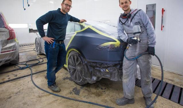 Timo en Sander van Leeuwen in de spuiterij.