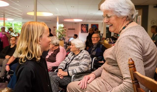 Jilles praat met mevrouw TIneke Brinkman (81) over de oorlog. 'We waren met tien kinderen thuis, dus ja, er was honger.'