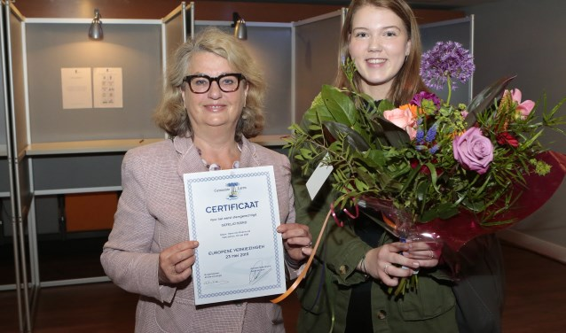 Burgemeester Rinske Kruisinga zet Merel van Roermund in het zonnetje voor eerste keer stemmen.