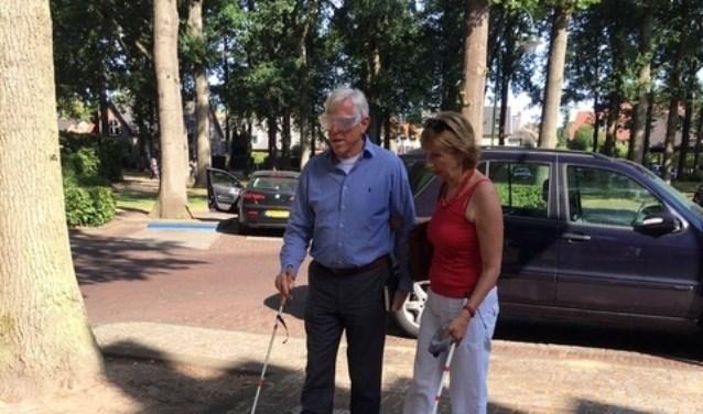 Wethouder Stam liep eerder een route met Irmy Vos. Hij droeg hierbij een simulatiebril.
