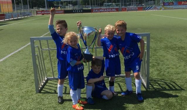 De spelertjes van Chelsea met de cup.