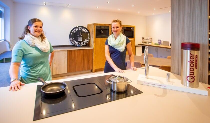 Claudia en Marieke in de nieuwe keukenshowroom.