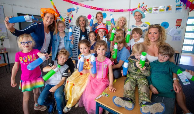 De jarige joppen met een aantal leerlingen met hun speciale Flevoschool Dopper.