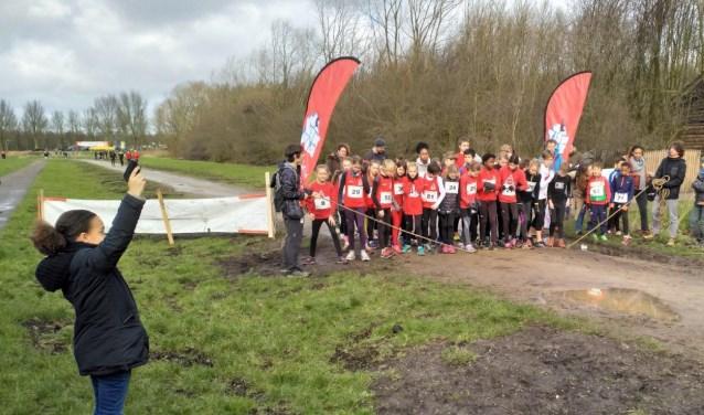 Kinderburgemeester Nilaya Holwijn lost startschot jeugdcross.