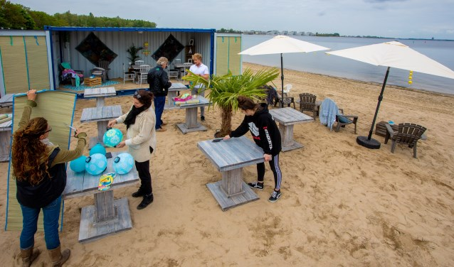 Het team van Blaricum Beach is hard aan het werk.