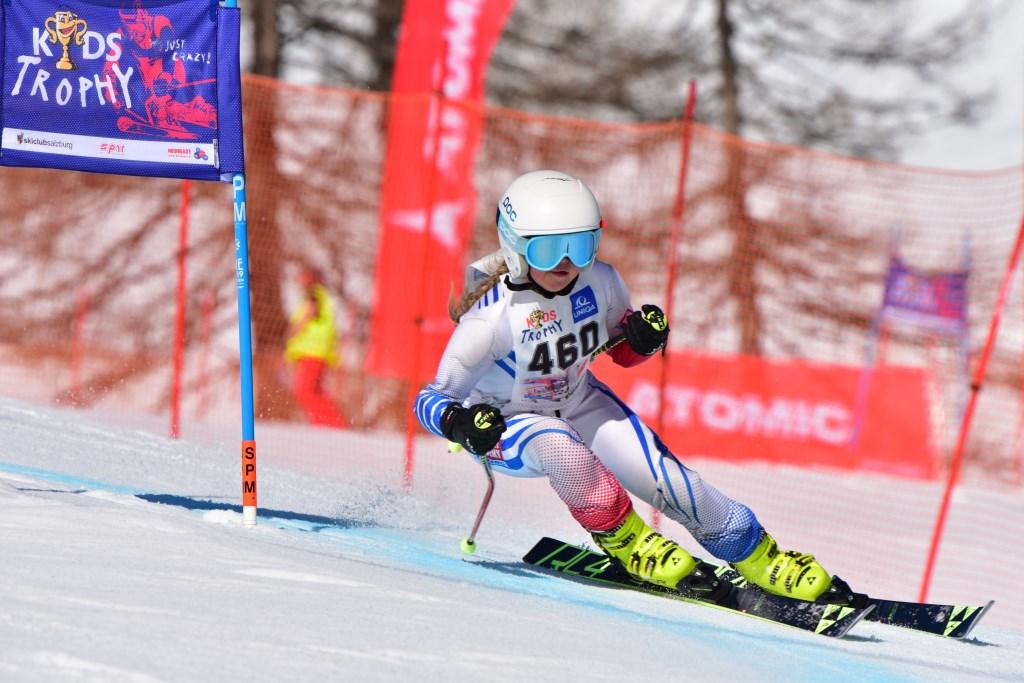 Noor Suttorp slalomt naar beneden op de Kidstrophy 2019. Foto: Rudolph Suttorp © Enter Media