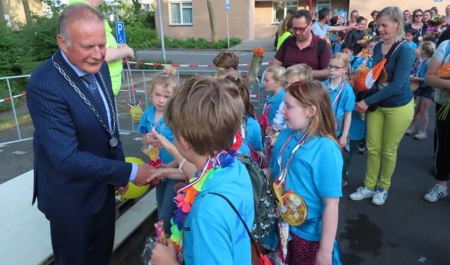 De burgemeester nam alle tijd om heel veel handen te schudden.