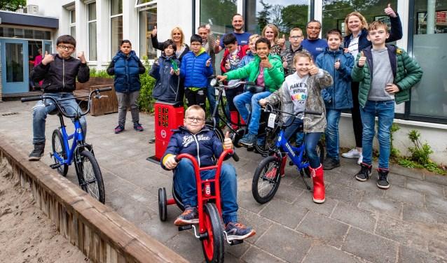 Bij de Klimopschool zijn ze blij met de geschonken (loop)fietsen.
