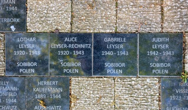 De de familie Leyser wordt herdacht met een viertal stenen bij het oorlogsmonument op het Prins Bernhardplein.