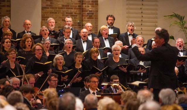 Het Requiem van Mozart tijdens dodenherdenking was een cadeau van COV Excelsior aan de Huizer bevolking.