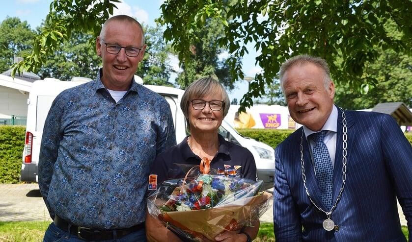 Marjo met bloemen naast burgemeester Sicko Heldoorn.