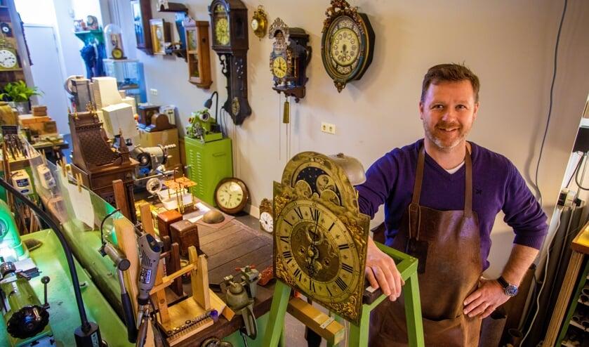 De man die alles weet van klokken, horloges, uurwerken en meer.