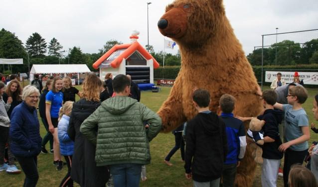 Veel bekijks trok de ruim driemeter hoge beermascotte die langs alle twaalf speelvelden hobbelde.