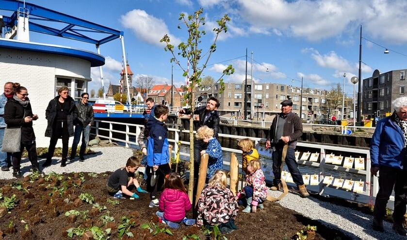 In april plantte Jorrit Nuijens samen met een aantal kinderen en Anne Frank-boom bij de Diemerbrug.