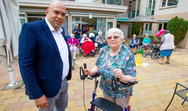 Locatiemanager Patrick Koelewijn en mevrouw Aagje Imthorn op het binnenterrein waar de Feestspelen plaatsvinden.
