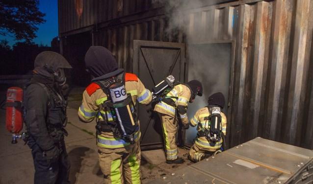 Oefenen met een echte brand in containers op oefencentrum Crailo.