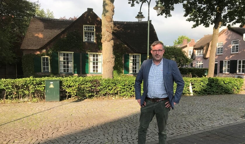 Raadslid Karel Loeff voor de kruisboerderij op de Brink.