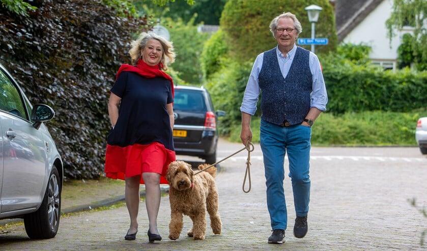 Rinske, Joop en labradoodle Marie wandelen graag door de straatjes van Laren.