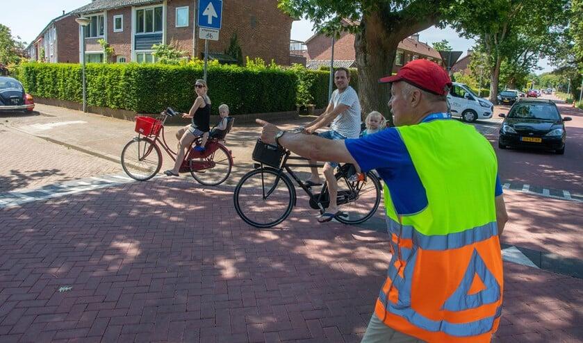 De burgemiester vrijwilliger bij de triatlon.