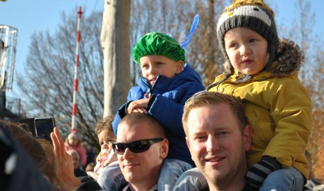 Ouders gaan praten over een gezellige Sinterklaasintocht, voor alle kinderen.
