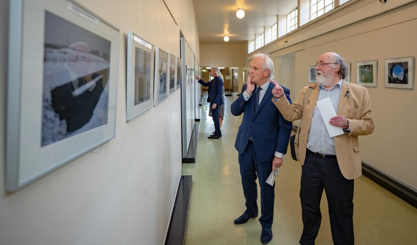 Burgemeester Pieter Broertjes bekijkt samen met Philip P. Kruijer de foto's.