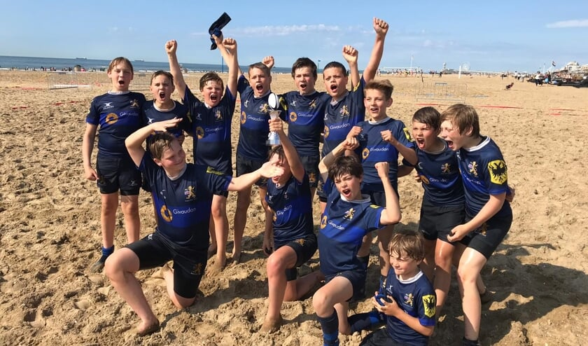 kampioensfoto van de Mini's (U12) 10 en 11 jaar oud; zij zijn kampioen geworden op het North Sea Beach Rugby Tournament.