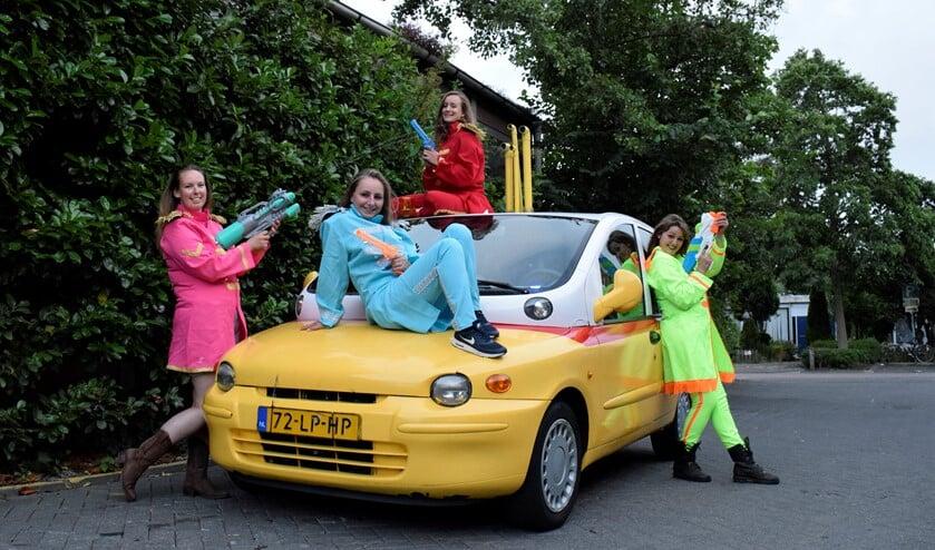 De vriendinnen toverden een oude Fiat Multipla om tot Yellow Submarine.