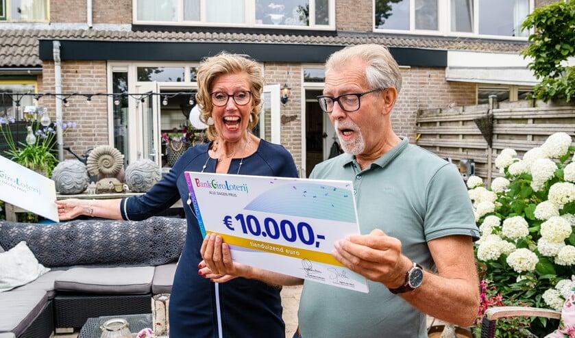 Jan en zijn vrouw zijn blij met de gewonnen prijs in de BankGiro Loterij.