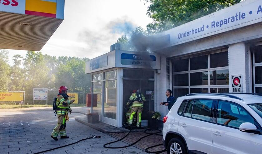 Veel rook door een auto die in de garage in brand stond.
