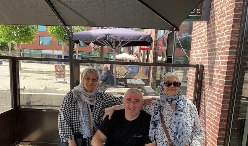 Sedat Sahin geflankeerd door twee trouwe klanten.