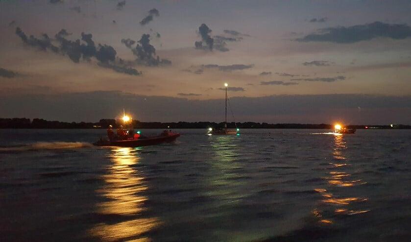 De reddingboot Blaricum-1 sleept het zeiljacht weg van de basaltblokken.