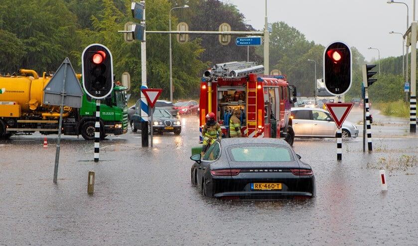 Aan het eind van de Crailoseweg moest de brandweer samen met Teeuwissen het water wegpompen om de weg begaanbaar te houden.